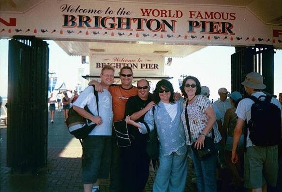 2003 - Ek en my persoonlike assistent van daardie tyd, Kelly Robinson-du Plessis, en die lede van my orkes: Clinton Waring, Wouter van de Venter en Leon Ecroignard by Brighton Beach. Ons was in Londen om deel te neem aan Ukkasie in Stevenage, en het vir dag saam uitgery Brighton Beach toe.